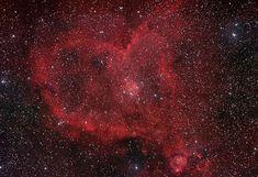 Nebulosa del Corazón (IC 1805, Sh2-190). Se encuentra en el brazo de Perseo de la galaxia en la constelación de Casiopea. Es una nebulosa de emisión con gas brillante y carriles oscuros del polvo. La Nebulosa  IC 1795 es la proyección brillante con la senda de polvo cerca de la cima, es una expansión de IC 1805.