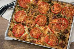 La torta di pane salata è una gustosa ricetta svuotafrigo semplice e sfiziosa, perfetta come salvacena oppure per arricchire il cestino del pic-nic.