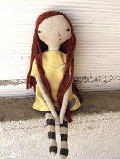 Muñeca con pelo largo de lana merino y cosido a mano.  Vestido de lino y algodón…