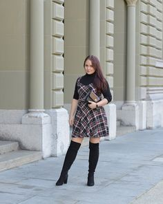 CHLOE.ROXANE - Style : A clueless inspired outfit for fall/winter 2019. I'm loving the clueless vibe of this look with its plaid dress, the black turtleneck and black overknee boots. As always, my Night&Day bag is right by my side - this time with a glossy burgundy cover to match this look.