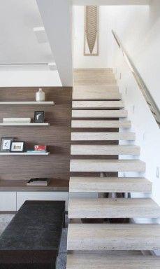 """""""O nosso desafio é como desenvolver um desenho de escada onde a funcionalidade e a beleza estejam juntas"""", explica Rodrigo, que optou por degraus flutuantes revestidos em mármore neste projeto"""