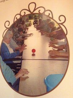 Uit vitalitijd: ideeën voor de creatieve animator  Groepsgym: ergotherapie bij ouderen  Bewegingsoefeningen aan tafel.