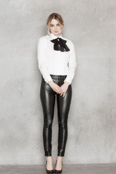 Black veggie leather slim fit pants paired with white blouse and black neck bow for a classy look. Tight Leather Pants, Leather Pants Outfit, Leather Trousers, Leather Jackets, Sexy Outfits, Lederhosen Outfit, Leder Outfits, Shiny Leggings, Slim Fit Pants