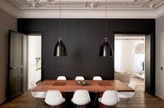 Une salle à manger minimaliste en noir
