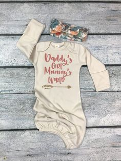 baby girl coming home outfit/ Daddy&;s girl Mommy&;s world/newborn gown and hat or headband set baby girl coming home outfit/ Daddy&;s girl Mommy&;s world/newborn gown and hat or headband set Wolke Baby kids […] Clothing Girl vinyl Baby Set, Erwarten Baby, Baby Boy Newborn, Daddys Girl Baby, Baby Girl Onesie, Baby Girl Stuff, Usa Baby, Baby Outfits, Outfits Niños