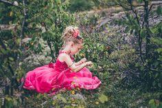 © La Cardinal Photographe #sweet #girl #dress #mariage Girls Dresses, Flower Girl Dresses, Wedding Dresses, Sweet, Flowers, Fashion, The Cardinals, Maid Of Honour, Weddings