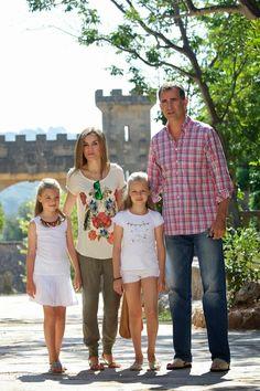 MYROYALSHOLLYWOOD FASHİON:  The Spanish Royal Family visit Sierra de Tramuntana, Palma de Mallorca, August 11, 2014-Infanta Sofia, Queen Letizia, Infanta Leonor, King Felipe