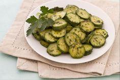 Le zucchine trifolate, si realizzano con pochi ingredienti come il prezzemolo, l'olio e l'aglio e con un dispendio di tempo molto limitato.