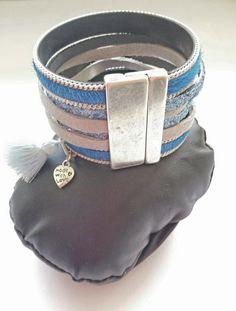 Bracelet en cuir bleu (peau à poils), en simili cuir bleu pailletté, et en lanière de daim grise, style manchette