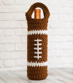 Crochet Bags Pattern Football Wine Cozy - The crochet and sporting world collide: The perfect thing for the next Football Gathering is this cute and quick to make Football Wine Cozy. Crochet Cozy, Crochet Gifts, Free Crochet, Learn Crochet, Crochet Football, Wine Purse, Wine Bags, Wine Bottle Covers, Crochet Shell Stitch