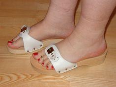 webfind Wooden Sandals, Wooden Clogs, Sexy Sandals, Shoes Heels Wedges, Dr Scholls Sandals, Gorgeous Feet, Women's Feet, Sexy Feet, Peep Toe