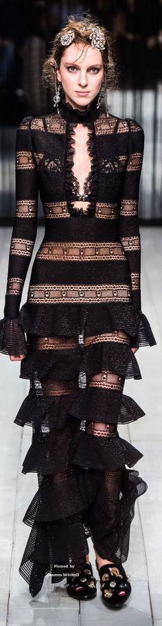 Alexander McQueen Collection Fall-winter RushWorld pinned to Unpredictable Women, Haute Couture Dior Haute Couture, Couture Fashion, Runway Fashion, Love Fashion, High Fashion, Fashion Show, Fashion Design, Valentino, Estilo Real