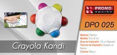 El artículo del día es la DPO 025 CRAYOLA KANDI (INCLUYE CRAYOLAS EN 6 COLORES: AZUL, VERDE, ROJO, ROSA, AMARILLO Y NARANJA.) Conoce más de ella en www.promoopcion.com Material: Plástico Medida: 5.5x6 cm Área de impresión: 1.6 cm Diámetro Técnica de impresión recomendada: Goteado en resina Color: Blanco  CONSULTA EXISTENCIAS Y PRECIOS CON TU EJECUTIVA DE CUENTA.