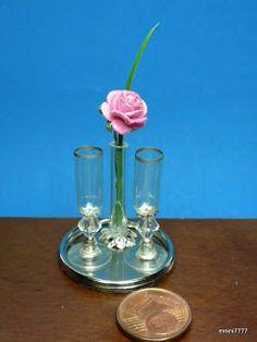taças feita de : tarraxa de brinco, cristal forma de balão, mini tulipa (peça de bijuteria), meia capsula transparente de remédio, caneta dourada deu acabamento na borda