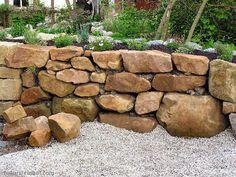 Mit etwas Geschick können sich Hobbygärtner ein Hochbeet aus Natursteinen bauen…