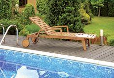 """Die geradlinige, extravagante Linienführung macht die Gartenliege """"Pescara"""" aus massivem Robinienholz zum Blickfang. Breite Lamellen mit schmalen Zwischenräumen und seitlichen Rahmenleisten vervollständigen das Erscheinungsbild der Liege. Das praktische Highlight sind die großen, gummierten Holz-Rollen, die es ermöglichen die Liege im Handumdrehen an den gewünschten Standort zu bringen."""