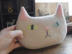 ふっくら猫ポーチ by ヒツジフエルト縮絨室-ヒロタリョウコ [Plump Cat Pouch by Felt Fulling Lab-Ryoko Hirota]