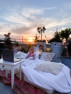 Rooftop Cinema - fork and flower Outdoor Cinema, Outdoor Balcony, Indoor Outdoor Rugs, Outdoor Decor, Summer Activities For Kids, Summer Kids, Open Air Kino, Cinema Experience, Kids Party Themes
