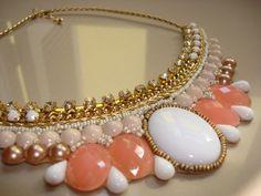 Você vai arrasar neste colar nas cores salmão e branco com detalhes em strass! Estilo vintage!...