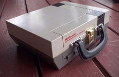 Old school Nintendo console converted to lunchbox.I would totally do this if it wouldn't ruin the Nintendo. 8 Bits, Cool Stuff, Super Mario Bros, Super Nintendo, Nintendo Entertainment System, Boite A Lunch, Diy Sac, Ideas Hogar, Cool Tech