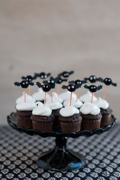 Pom Pom Bat Cupcake Toppers DIY – Halloween me. Halloween Cupcakes, Diy Halloween, Halloween Torte, Theme Halloween, Halloween Food For Party, Holidays Halloween, Halloween Treats, Happy Halloween, Halloween Decorations