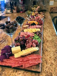 Love the idea of using martini glasses for olives - Essen - Appetizers, Snacks, Beilagen - Cheese Snacks Für Party, Appetizers For Party, Appetizer Recipes, Meat Appetizers, Appetizers Table, Charcuterie And Cheese Board, Charcuterie Platter, Cheese Boards, Charcuterie Ideas