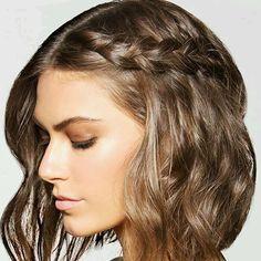Ideia de trança para cabelos curtos (que funciona também nos compridos!) - puxada na lateral, resto do cabelo solto. Muito fofo! Foto do @byrdiebeauty | DDB Inspira @ddbinspira