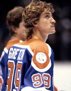 "Wayne Gretzky In a 1999 Hockey Hall of Fame Inductee press conference, Gretzky stated ""Thank God I'm Polish"" when joking about another inductee's Scottish kilt. Hockey Goalie, Ice Hockey, Stars Hockey, Hockey Hall Of Fame, Hockey Pictures, Sports Today, Hockey World, Wayne Gretzky, Most Popular Sports"
