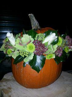 Pompoen uithollen. Steekschuim in plasticzak in de pompoen. Stuk van ongeveer 4 cm erbovenuit laten komen. Deksel erop en bloemen erin steken. Veel plezier!!