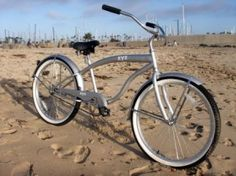 A cruiser bicycle is renowned as a sandy shore cruiser. Nowadays, sandy shore two wheelers are performing in large-scale ways. Beach Cruiser Bikes, Cruiser Bicycle, Paint Bike, Bicycle Maintenance, Vintage Bikes, Kustom, Cool Bikes, Mountain Biking, Vintage Fashion