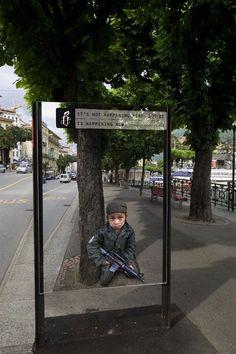 Anúncios poderosos (18) Crianças soldados: Não está acontecendo aqui, mas está acontecendo agora