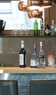 Cocktails in der Lounge oder am Pool genießen // Enjoy cocktails in the lounge or at the pool Lounge, Liquor Cabinet, Cocktails, Home Decor, Bowls, Oder, Vacation, Airport Lounge, Craft Cocktails
