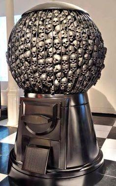 Gigantische Kaugummi Maschine voll mit Schädeln von Marco Perego...