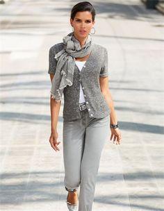 Die typische Lieblingsjacke unkomplizierter Sommerlooks: die Strickjacke aus Bändchengarn. Das edle Garn verleiht der Damenstrickjacke durch zarte Pastelltöne den Charme, schimmernde Perlmuttknöpfe machen den Look perfekt.