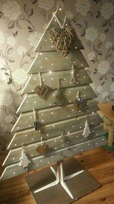 Lattenboom xmas pallet christmas tree, wooden christmas trees et pallet chr Pallet Tree, Pallet Christmas Tree, Rustic Christmas, Xmas Tree, Diy Pallet, Pallet Projects, Christmas Projects, Holiday Crafts, Holiday Decor