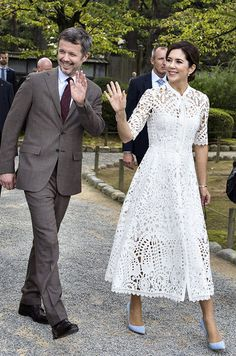 Crown Prince Frederick and Crown Princess Mary of Denmark visit Kanazawa, Japan on 9 October Elegant Maxi Dress, Elegant Outfit, Lace Dress, Dress Up, White Dress, Crown Princess Mary, Princess Style, Robes D'inspiration Vintage, Blue Dresses