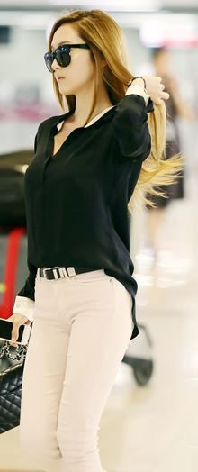 Black shirt and beige pants. Snsd Airport Fashion, Snsd Fashion, Asian Fashion, Love Fashion, Fashion Outfits, Womens Fashion, Jessica Jung Fashion, Casual Outfits, Cute Outfits