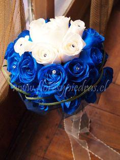 Elegante ramo azul confeccionado con rosas blancas y rosas azules, diseño Flores y Piedras www.floresypiedras.cl