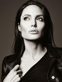 E' stata scelta una delle più pagate ed affascinati di Holliwood per la cover di Elle Magazine US giugno 2014: Angelina Jolie.