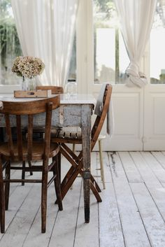pale wooden floorboards and a rustic table and chairs Vintage Farmhouse, Farmhouse Style, Farmhouse Decor, Urban Farmhouse, Primitive Bathrooms, Primitive Kitchen, Primitive Decor, Cozy Cottage, Cottage Style