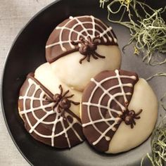 Black & White Spider Cookies Recipe- Recipes Those eight-legged creatures aren't so creepy when you turn them into cookies. Make these treats any time of year—just skip the cobwebs and spiders. —Taste of Home Food Styling Team Bolo Halloween, Halloween Cookie Recipes, Halloween Goodies, Halloween Food For Party, Halloween Treats, Halloween Spider, Halloween Clothes, Costume Halloween, Black And White Spider