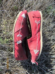 Arrow stitched TOMS. So cute.