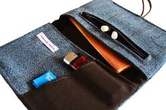 ººº Mit dieser praktischen Tabaktasche hast du alles nötige immer dabei! ººº    Sie hat:   - 2 grosse Fächer für Tabak, Kaugummi u.a.   - 2 kleine ...