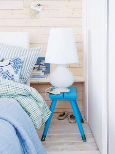 Nischen nutzen: Versteck Wenn Sie keine Ablage überm Kopfende wollen, können Sie mit einem Brett auch dahinter unsichtbaren Stauraum gewinnen. In die Nische passt ein Hocker als Nachttisch.