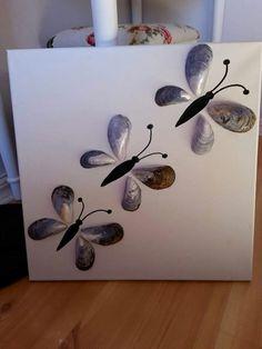 Blåmusselskal som fjärilar på en tavla. Smart!