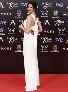 Todo delicadeza la espalda con lazo del vestido de Carolina Herrera que eligió Dafne Fernández. Alfombra roja Premios Goya 2014(Spain)