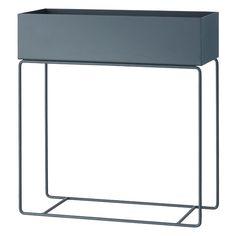 Ferm Livingin Plant Box toimii paitsi kotina huonekasveille myös säilytyslaatikkona kirjoille, leluille ja muille esineille. Modernin kukkapöydän voi asettaa esimerkiksi eteiseen tai ikkunan ääreen tai käyttää tyylikkäänä tilanjakajana.