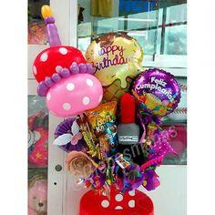 Arreglo de feliz cumpleaños, incluye chucherías y cojín en forma de pintura de labios MAC #arreglos #arreglosconglobos #detalles #regalo #original #cojín #labial #maquillaje #cumpleaños #felicidades #labiales