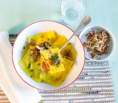 Diese Kürbis-Teigtaschen orientieren sich an den in Deutschland bekannten «Maultaschen » und sind eine Art Riesenravioli. Anders als ihr deutsches Vorbild sind unsere jedoch vegetarisch und werden in einem würzigen Safran-Sud serviert.