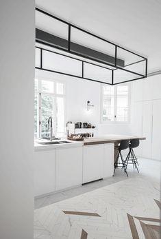 moderne-witte-kookeiland Office Desk, Loft, Bed, Modern, Kitchen, Table, Furniture, Design, Home Decor